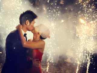 美丽焰火中的新婚夫妻唯美图片