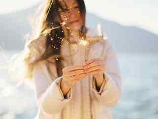 欧美范美女手握焰火唯美图片桌面壁纸