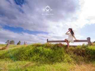 长腿美女草原上唯美写真图片桌面壁纸