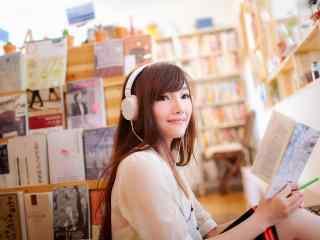 气质女孩看书唯美桌面壁纸