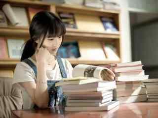 图书馆里看书的女生图片