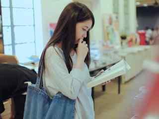 气质美女看书图片桌面壁纸