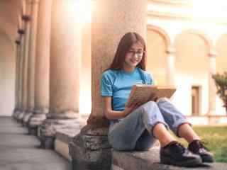 甜美女孩看书写真图片
