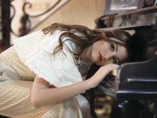 欧美红唇美女与钢琴唯美图片桌面壁纸