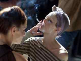 抽烟的模特美女图