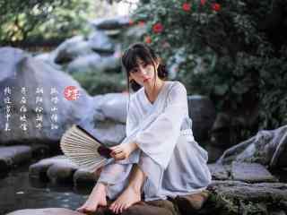 汉服交领儒裙—坐在假山上的少女桌面壁纸