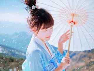 汉服袄裙—蓝天下少女撑伞桌面壁纸