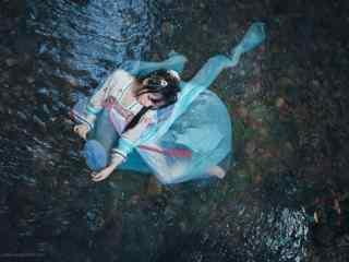 汉服齐胸儒裙—躺在水中的少女桌面壁纸