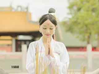 汉服齐胸儒裙—在庙前许愿桌面壁纸