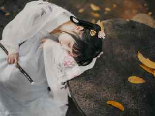 汉服齐胸儒裙—少女趴在石桌上桌面壁纸