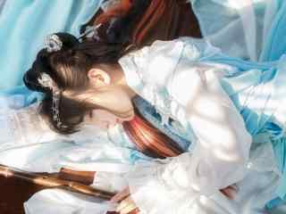 汉服交领儒裙—少女安静的躺在阳光下桌面壁纸