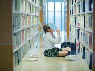 JK制服—少女在读书馆找书桌面壁纸