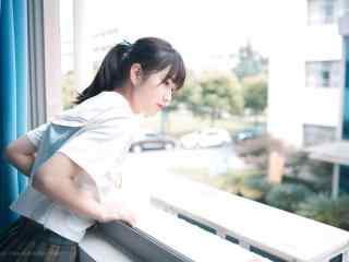 JK制服—清纯少女趴在窗台张望桌面壁纸