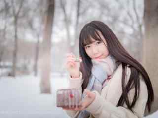 JK制服—冬日里少女喂你吃蛋糕桌面壁纸
