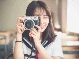 JK制服—美女拿着相机拍照桌面壁纸