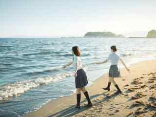 JK制服—海滩边上小姐姐手拉手桌面壁纸