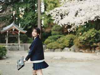 JK制服—放学后少女开心的模样桌面壁纸