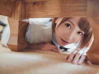 JK制服—少女在玩躲猫猫桌面壁纸