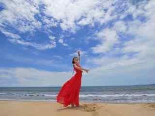红衣美女海边写真桌面壁纸
