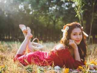 可爱红衣美女户外写真图片