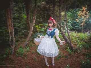 lolita洋装—树林里的精灵少女桌面壁纸