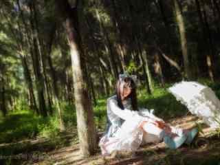 lolita洋装—树林里可爱的少女桌面壁纸
