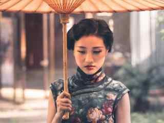 旗袍—性感红唇美女桌面壁纸