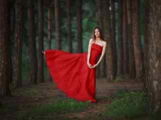 红裙美女在森林中