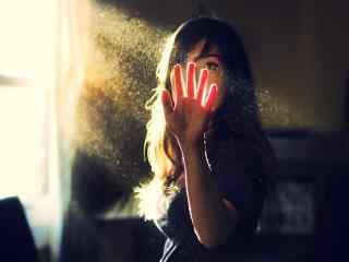 阳光照射在少女的