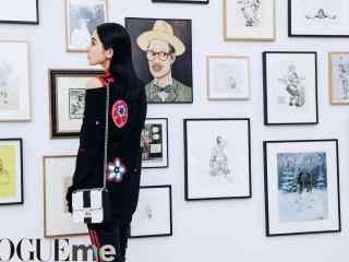 古力娜扎参观展览桌面壁纸