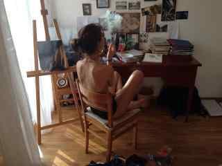 性感抽烟的裸背美女图片壁纸