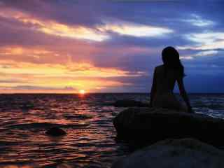 海边晚霞下的裸背美女图片壁纸