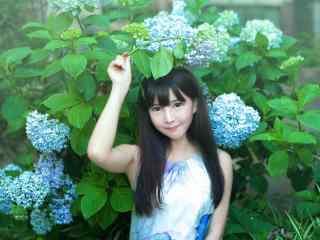 绣花球间的青春少女桌面壁纸