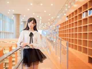图书馆女孩唯美看书壁纸