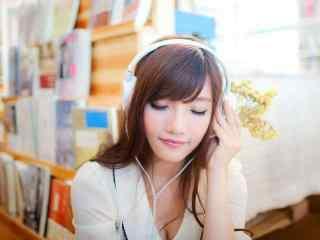 图书馆美女听音乐桌面壁纸