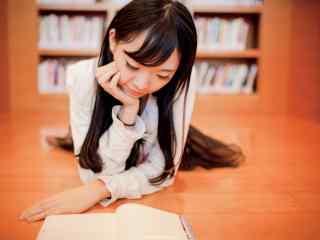图书馆美女看书图片壁纸