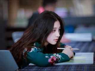 图书馆气质女孩桌面壁纸