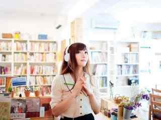 图书馆美女唯美写真桌面壁纸