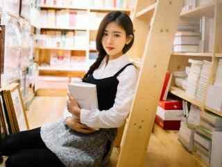 图书馆美女抱书壁纸