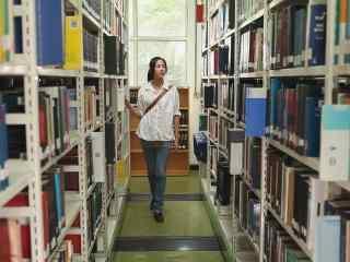 图书馆女孩看书桌面壁纸