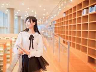 图书馆女孩看书图片壁纸