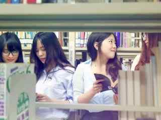 图书馆看书女孩桌面壁纸