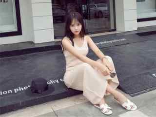 穿阔腿裤的甜美美女桌面壁纸