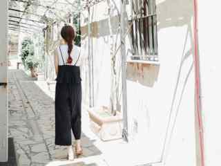 阔腿裤美女背影写真壁纸