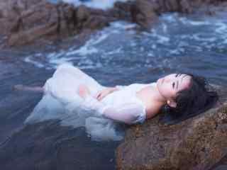 北戴河海水中湿身美女桌面壁纸