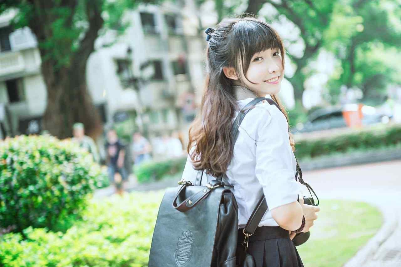 夏日jk制服美女甜美笑容桌面壁纸
