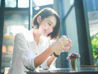 夏日甜美笑容美女桌(zhuo)面壁紙