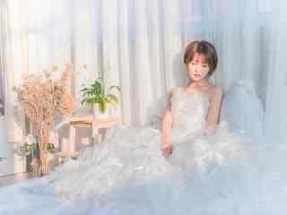 夏日清(qing)新可愛的紗(sha)裙美女桌(zhuo)面壁紙