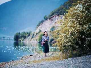 美女泸沽湖边写真桌面壁纸