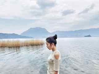 泸沽湖边美女文艺写真壁纸